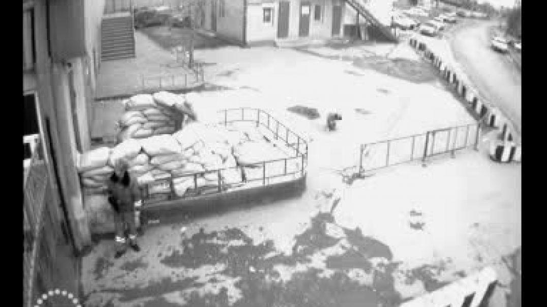 Шахид на автомашине НИВА атакует базу марионеточной банды ДПС.